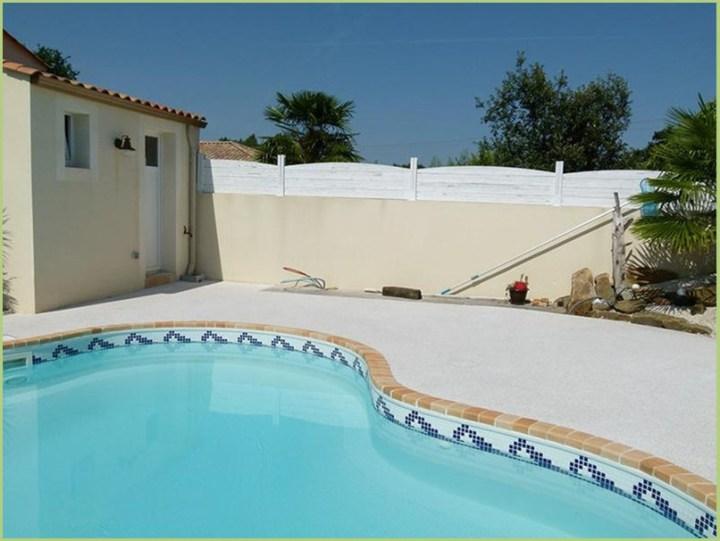 Piccola piscina arricchita da sue spiagge originali granulati di marmo