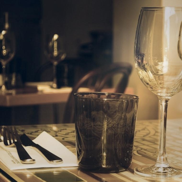 Photo d'une table dressée dans un restaurant