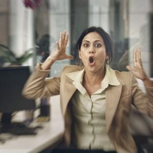 Photo d'une employée de bureau excédée par le bruit sur son lieu de travail