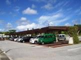 暑さが和らぐ屋根付きの駐車スペース(上り線)