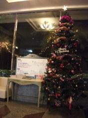 本館エレベーターホールのクリスマスツリー。