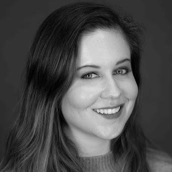 Lesley Hennen smiling headshot