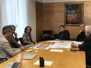 L'alcalde en funcions de Barcelona amb els cartells dels ODS i de l'Ideari Respon.cat de l'RSE