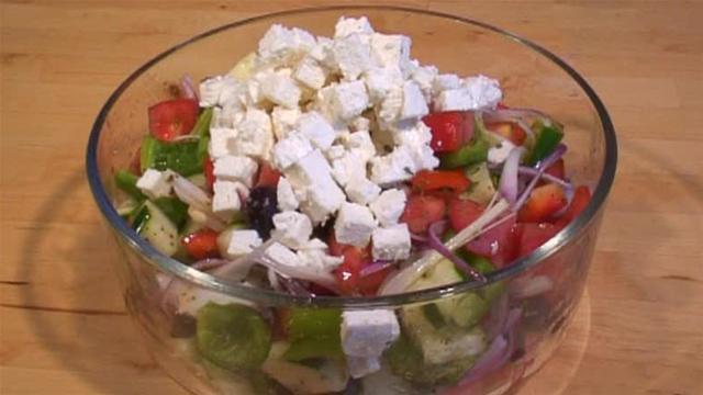 Cum se prepara salata greceasca (video)