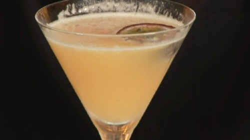 Cum se prepara Cocktail Passion Fruit Martini (video)