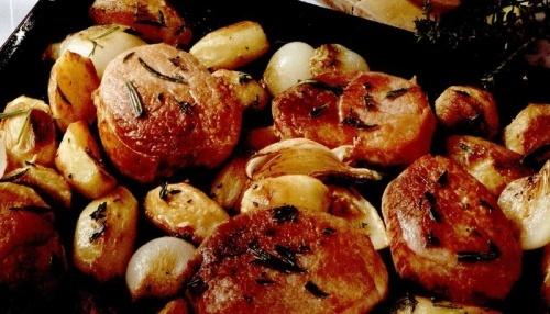 Cotlete de porc cu ceapă, cartofi şi verdeaţă la cuptor