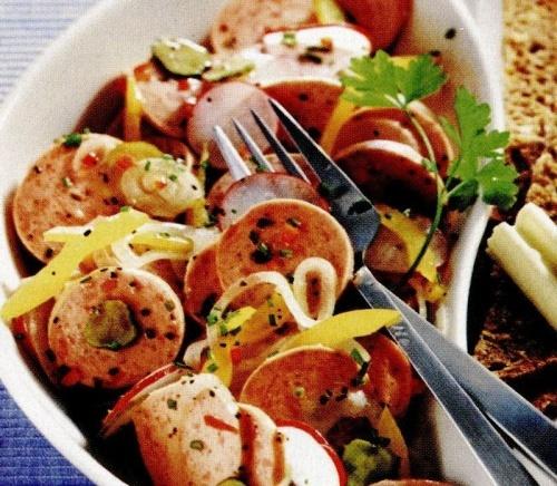 Salată cu carnati si ardei iute