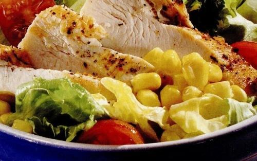 Salata de pui cu porumb si alune