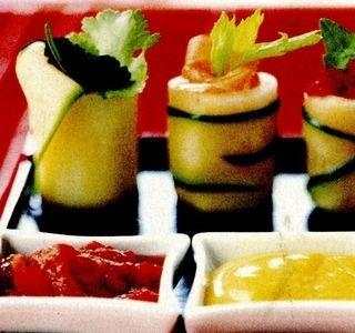 Sushi din castraveţi cu sosuri