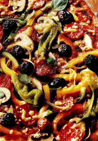 Pizza Salami cu ciuperci, măsline şi pepperoni