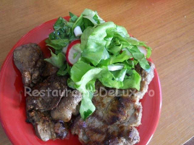 Reteta zilei: Gratar de porc si ficatei de pui cu salata de cruditati si mujdei de usturoi