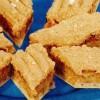 Prăjitură cu spumă de albuş, pe blat de napolitană