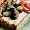 Pizza cu legume, ciuperci si branză cu mucegai