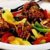 Chifteluţe picante pe pat de legume în stil oriental