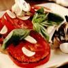 Bruschette cu felii de roşii la grătar, aromate cu usturoi şi busuioc