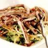 Friptură de manzat cu soia şi susan, pe pat de legume crocante