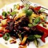 Salată cu carne de vită prăjită şi mango