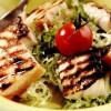 Somon şi lavrac la grătar cu salată creaţă