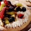 Pavlova cu frişca şi fructe proaspete