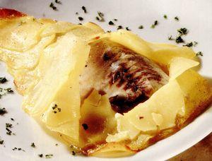 Doradă în crustă de cartofi cu sos de busuioc