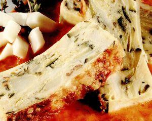 Budincă de dovlecei şi mozzarella, cu cremă de ardei gras