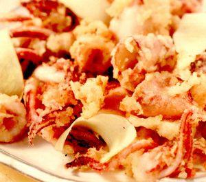 Calamari crocanţi cu ghimbir, făină de orez şi bere