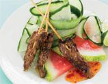 Frigărui de vită cu salată de castraveţi