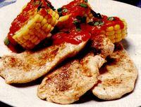 Piept de pui cu porumb fiert şi sos de roşii
