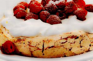 Prăjitură Pavlova cu cafea şi zmeură