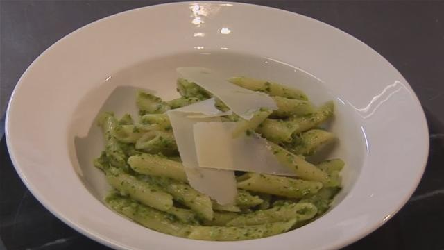 Cum se prepara salata de paste si sos pesto (video)