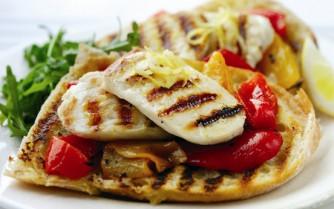 Retete vegetariene: Sandviciuri cu ardei copt şi halloumi
