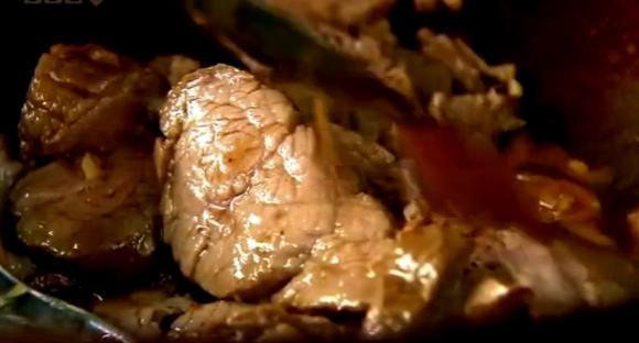 Cum se prepara Porc dulce acrisor in chifla (video)