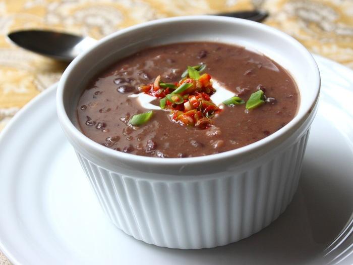 Cum se prepara Supa rapida si usoara de fasole neagra (video)