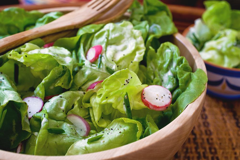 Salată crocantă de ridichi şi roşii