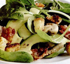 Salată cu frunze de spanac şi şuncă