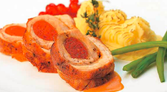 Rulada de porc cu carnat picant si sos de paprika