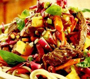 Salată de legume cu paste şi friptură