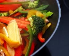 Broccoli si ardei gras la tigaie