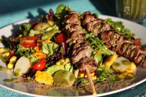 Reteta zilei: Friptura de vita si salata de porumb cu vinegreta de busuioc