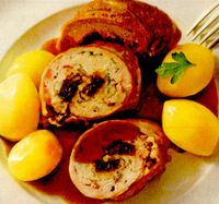 Ruladă de porc cu pui, prune si migdale