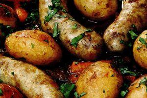 Cartofi cu carnati la cuptor