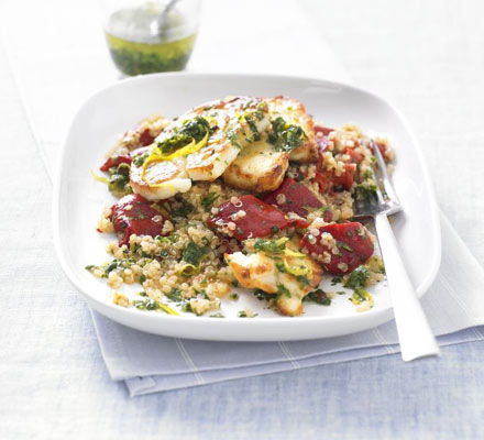 Salată caldă de quinoa cu brânză pe grătar
