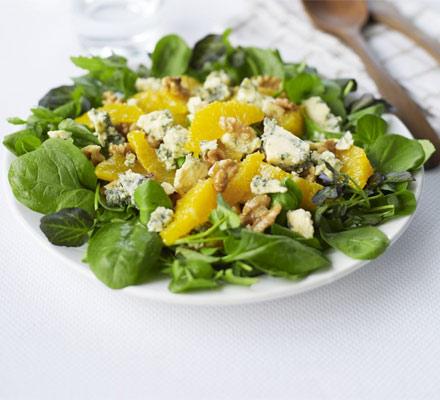 Salata de portocale cu nuci si branza cu mucegai