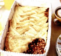 Budincă de pâine cu fasole şi bacon