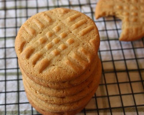 Cum se prepara biscuiti cu unt de arahide (video)