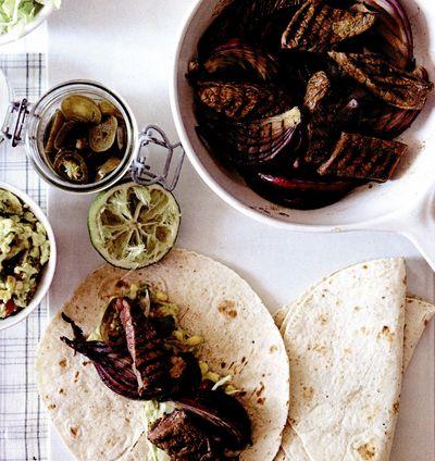 Fajitas cu vită, ceapă şi salsa de porumb