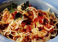 Spaghete cu ton si fructe de mare