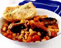 Cârnaţi înăbuşiţi cu legume şi pâine cu usturoi