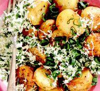 Cartofi noi cu telemea şi ceapă verde