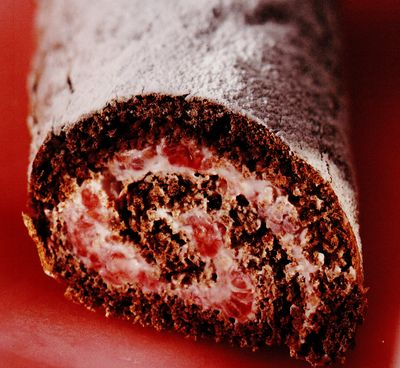Ruladă de ciocolată cu cremă de zmeură